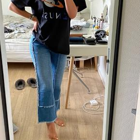 Jeg sælger mine blå Blanche Atelier jeans i str. 36, da jeg desværre ikke går med dem mere. De er brugte, men de fremstår i rigtighed stand, så der er ikke nogen brugstegn.  Jeg er 1.68 høj :)