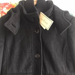 Str 36. Nypris 3299. Prismærke sidder på.   100% uld med foer indeni - thinsulate isolering.  Fejlkøb. Ingen bud tak. Fragt oveni