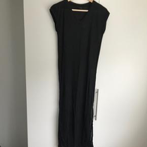 Lang Jersey kjole med slids og v-halsAldrig brugt