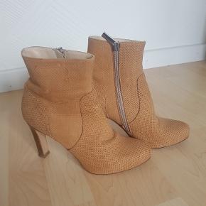 Selve skoene fejler intet men er lidt slidte for neden derfor den lave pris.