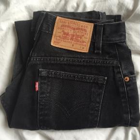 Vildt lækre jeans fra Levi's købt i en vintage butik i London. Der står dog på bukserne at det er str. M, men de er små i størrelsen og passer derfor kun XS/S :)