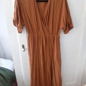 Smuk midi kjole, stor M.bælte medfølger ikke