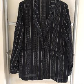 Fin silke skjorte/blazer i mørkeblå.