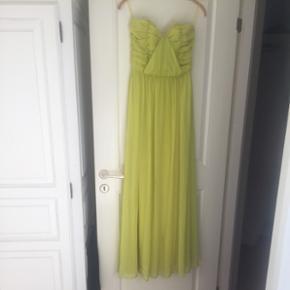 Gul lang kjole. Med et lille hul nederst til højre.