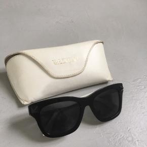 Solbriller fra Valentino med studs i siden, sorte udenpå og hvide indeni.