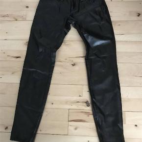 """Beskrivelse Miss Sixty jeans i læderlook. Størrelse 25""""  Helt nye og ubrugt.  Kom med et bud!"""
