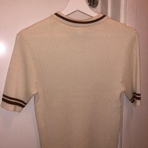 Helt ny t-shirt fra Monki. Fik aldrig brugt den og derfor er den til salg