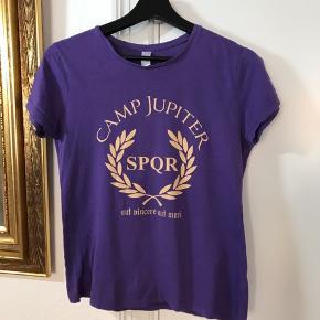 Camp Jupiter - Percy Jackson t-shirt.  Desværre ikke muligt at se str. men vil mene det er en str s/m.  Fra ikke rygerhjem. Har en del fandom T-shirt til salg.
