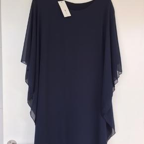 Onesize Companys kjole. Mørkeblå Tyl-overkjole Ny pris kr 269