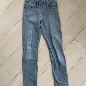 Fede bukser fra Acne. Købt herinde. De er desværre for lange til mig. Passer 27/32. Normal small. Sidder vanvittigt lækkert på røven.