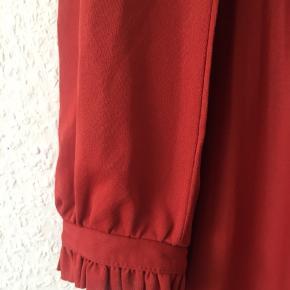 Fin vintage kjole med frynse detaljer, går ca til lidt over knæene (er 170 cm høj)