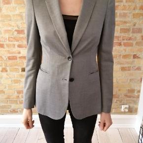 Filippa K jakke i grå. Brugt to gange og fremstå som nyt. Jeg får det ikke brugt derfor sælges det. Nr. i jakken er: S11-11614676-19537.