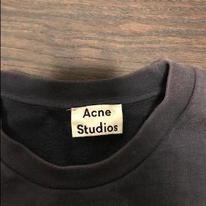 Varetype: trøje Farve: Navy  Sælger denne Acne trøje da jeg ikke får den brugt mere :-)  Bud ønskes.