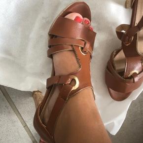 Helt ny sko, stillet, i brun læder, helt nye aldrig brugt i original indpakning og pose  samt æske , str.37 og fra ikke ryger hjem. Købt i forkert størrelse og mistet bon. Fejler intet.