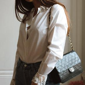 Sælger denne smukke vintage skjorte med de fineste lace-detaljer. Ingen størrelseslabel i, men den vil passe en str. S/36. Pris: 400kr afhentet eller plus porto.