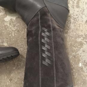 Skønne retro støvler med kilehæl. Delvis læder og ruskind.