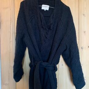 Fin jakke fra Iro med frynser og bånd i taljen    • Sender ikke flere billeder  • Prisen er eks. porto   • Kan hentes i Aarhus c  • Bruger normalt xs/34