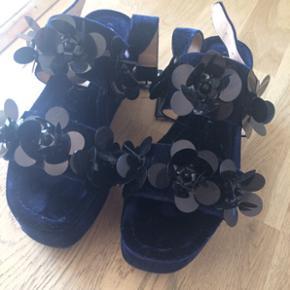 Så fine mørke blå Zara sandaler Np: 499,-