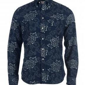Varetype: mand skjorte Farve: Blå  Flot blomstrede skjorte fra Gant Rugger serien i 100 % bomuld. Første billede er et modelbillede  Mp 300