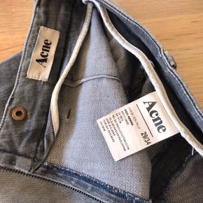 Lækre Acne jeans med streach. Højtalet slim med rå lynlås bagpå. Ingen skader.