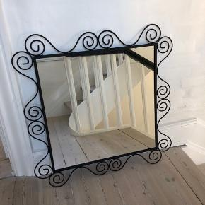 Flot og dekorativt vægspejl i sort metal. Kvadratisk - mål: selve spejlet måler 55x55 og incl ramme 74x74