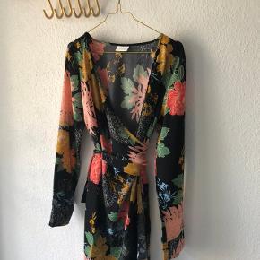Slå om kjole med blomsterprint 😊