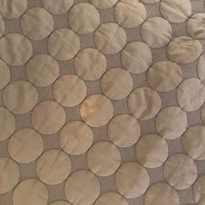 Hay mega dot sengetæppe i mørkegrå. tæppet kan vendes begge veje og har derfor også en mere lysegrå side. Den lysegrå side er den mest slidte, da den er blevet lidt misfarvet med årene, så den har ikke den samme lysegrå nuance som fra ny + der er nogle pletter på den side også.  Dog er den mørkegrå side meget pæn, og har ingen pletter.   Målene er 195x245