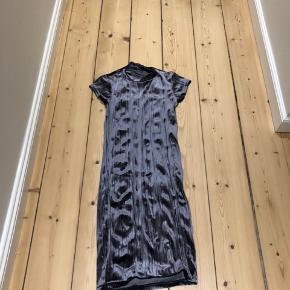 Metallic kjole - sidder tæt, men god elastik, der gør behagelig at have på.  Længde: midt lår ca.