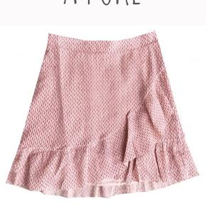 Neo Noir Bella Crepe Skirt i lyserød/Rosa i str L. Farven på nederdelen er som på billedet fra nettet, lyset er bare meget gulligt på mine egne billeder. Nederdelen er brugt 2-3 gange. Sælges for min mor, og den der derfor for stor til mig. (Jeg holder den dog ind i siden)  Nypris 400kr, BYD😇