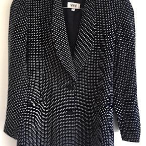 Smuk vintage polkadot 100% silke blazer farve: blå med hvide dots fra Italienske Mani, brugt få gange er som ny. Str. Itl. 44 svarende til dansk str. 40. Betaling via MobilePay foretrækkes.