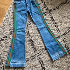 Super lækre ægte flare klassiske logo-stripe jeans i lækker kvalitet fra Gucci's i den sædvanlige stærke design og kvalitet.  Flot og frisk blå jeans farve (farve tro mod billederne).  Nypris kr. 5.800. Købt i Gucci Store i Saint Tropez 2018. Brugt 5 - 6 gange.
