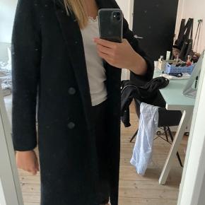 Fin sort frakke fra monki, byd gerne.  Tjek også mine andre annoncer ud🤗