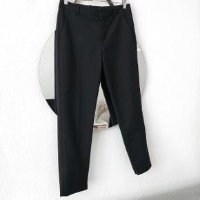 Zara habit bukser i sort   størrelse: M   pris: 100 kr   fragt: 37 kr   ( obs der er gået en syning på det ene ben ved ankelen, den holdes bare op når bukserne er i brug )