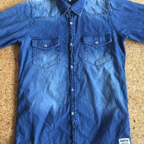 Lækker cowboyskjorte, enormt blød og mange fine detaljer. Desværre blevet for lille Str. 12 år (152 cm.)