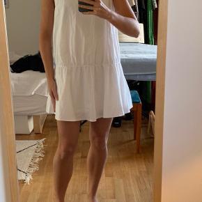 Sød hvid sommerkjole. En smule kort. Kan bruges udenpå et par bukser og eventuelt med en fin strik udover. Kan sendes eller afhentes i Odense C 🌸