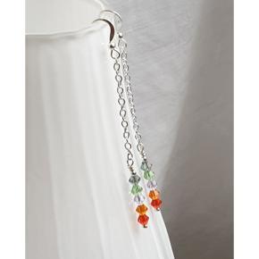 Hjemmelavede øreringe med koniske krystaller med nikkelfri sølvbelagte kroge. Fuld længde er 7,6 cm. Æske kan tilkøbes for 5 kr.  Se også mine andre annoncer med smykker 🦋