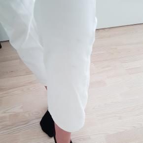 Str 25. Brugte, men stadig i fin stand. Det er nogle små pletter på bukserne, derfor sælges de billigt.