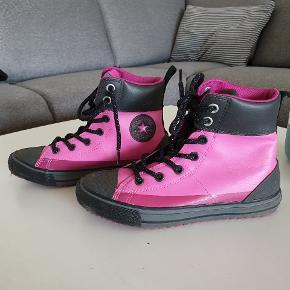Converse sko. Brugt en gang. Kan tåle vand og meget lette og behagelige. Bud modtages.
