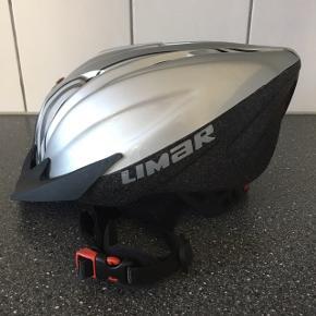 LIMAR cykelhjelm, aldrig brugt, STR. L (54-61 cm). Kan reguleres i stropper og bagtil. Aftageligt frontvisir. Farve: Sølv/sort. CE godkendt.