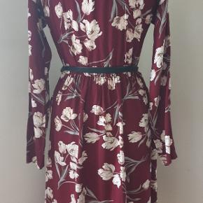 Smuk bordeauxskjorte-kjole fra Minimum. Kjolen har alm. skjorte krave med knapper ned til midten, elastik i taljen samt skrå lommer foran.