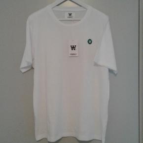 Lækker t'shirt fra Wood Wood.  Til herrer.  Ubrugt med tags/prismærket.  Model : Ace.  I forretningerne og på nettet til 400 kr.  PRISEN FORHANDLES IKKE.