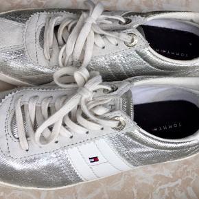 Tommy Hilfiger sko i sølv. Str. 36. Kan afhentes i Randers/Århus C, eller sendes med DAO på købers regning