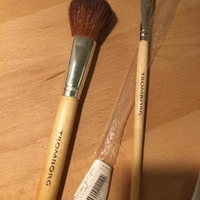 Varetype: Makeup Børste Størrelse: Powder Brush + Eye Large Farve: Brun  Jeg sælger 2 nye Tromborg børster, som jeg ikke har brugt.   Powder Brush. Nypris kr 280.  Eye Large. Nypris kr 210.