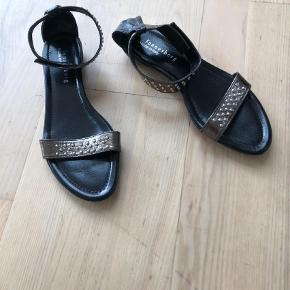 Varetype: Sandaler Farve: Bronze Prisen angivet er inklusiv forsendelse.