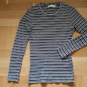Varetype: bluse Farve: Sort og hvid Oprindelig købspris: 500 kr. Prisen angivet er inklusiv forsendelse.  Samsøe & Samsøe bluse - model Neval.