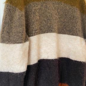 Dejlig oversize mohair-sweater. Den er brugt, men fremstår i pæn stand. Bytter ikke.