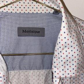 Blå og rød mønstretskjorte fra Matinique. Skjorten er 100% bomuld og medfører to knapper.   Køber betaler fragt📦 Mængde rabat gives🎏