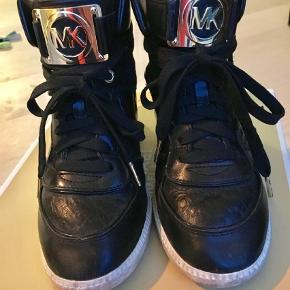 Varetype: Sneakers Farve: Sort  Lækre kilehæls sneakers fra Michael kors. Æske medfølger