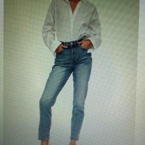 Helt nye mom jeans light blue fra h&m Str 36 Np 250   Udsolgt alle steder Aldrig gået med, kun prøvet på Har dog selv klippet lidt af for enden af bukserne, så de flosser lidt.
