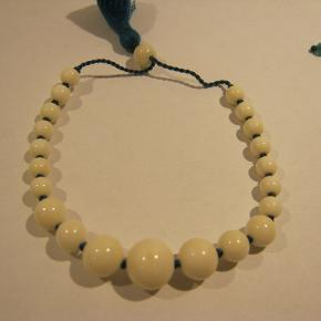 hvid / grøn. store perler. mål. 21 cm. kan justeres. hvid / grøn . små perler. mål. 21 cm. kan justeres. pris pr stk . 100.- + pp